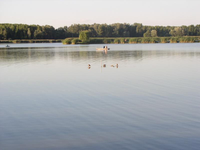Siófok Kelet / Siófok Sóstó) a horgászház és a tó mindössze 2,5 km.